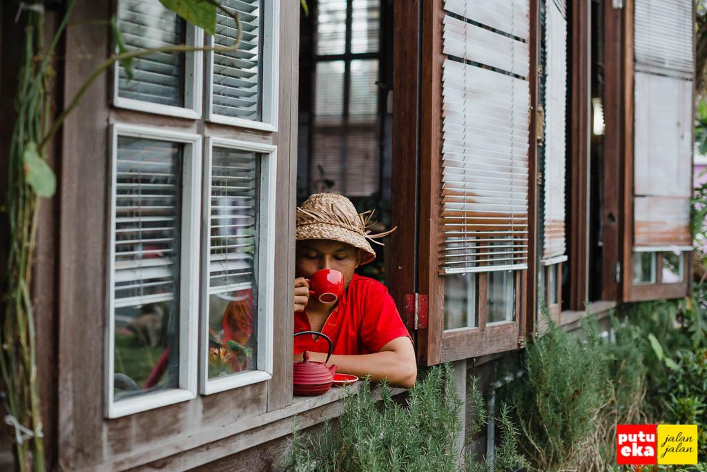 Minum Wedang Uwuh di jendelanya Casa Tua Bedugul