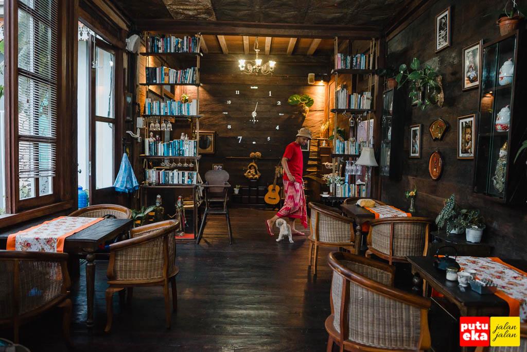 Ruangan dalam dengan rak buku gantung