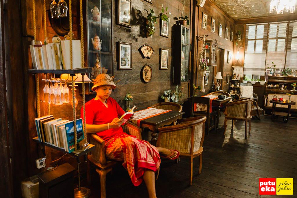 Duduk santai sambil membaca buku di Casa Tua Bedugul
