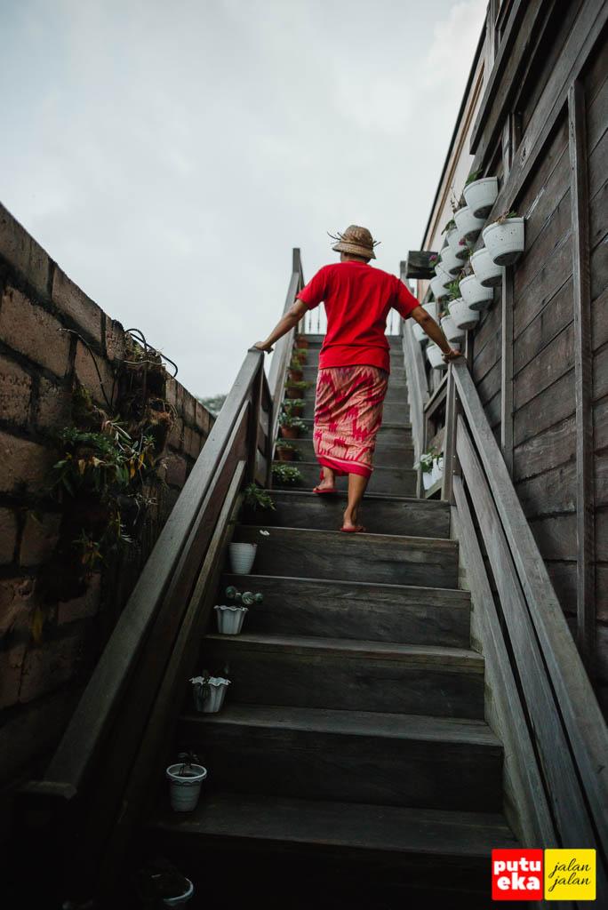 Berjalan menuju balkon lantai dua