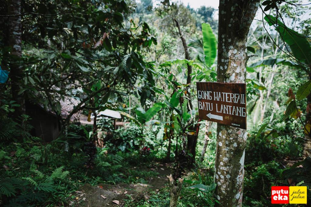Papan penunjuk arah menuju Air Terjun Gong Batu Lantang