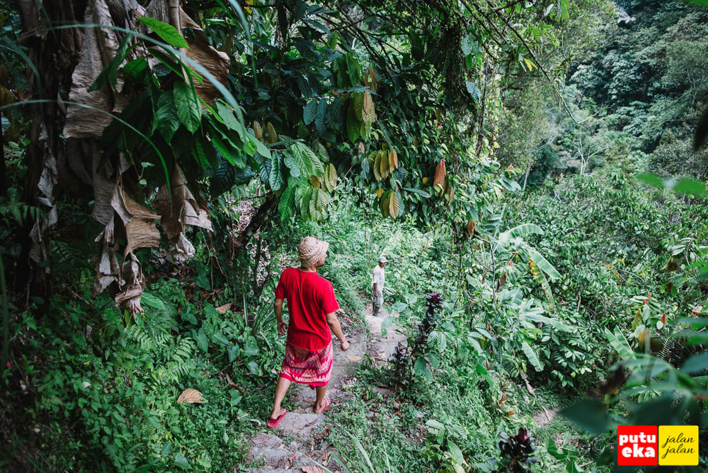 Menuruni undagan menuju Air Terjun Gong Batu Lantang
