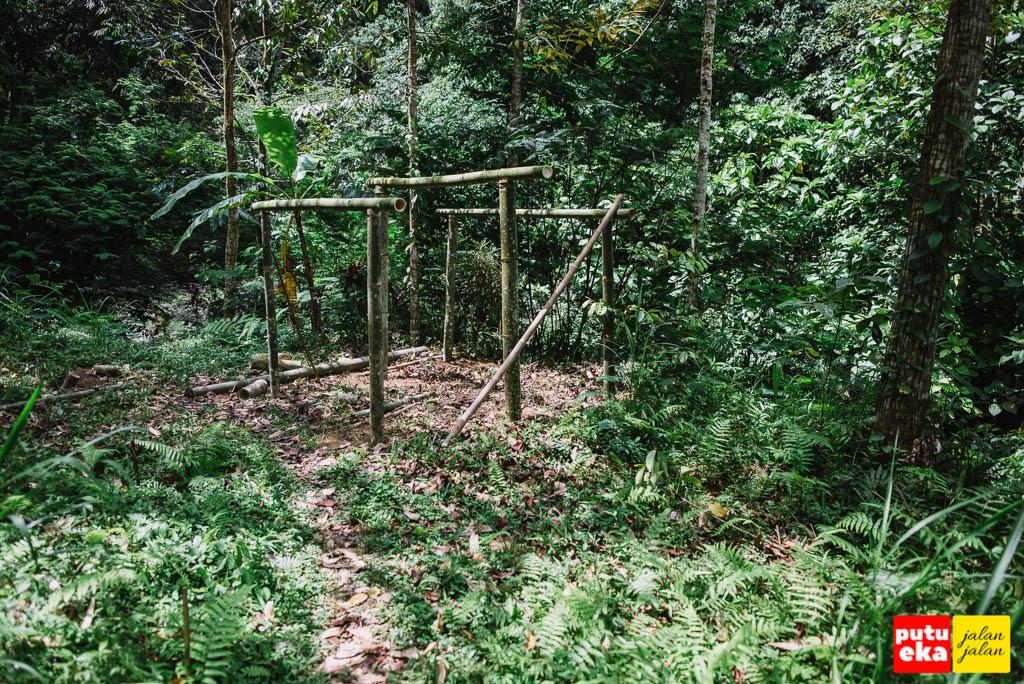 Bangunan dari bambu yang dipersiapkan sebagai warung