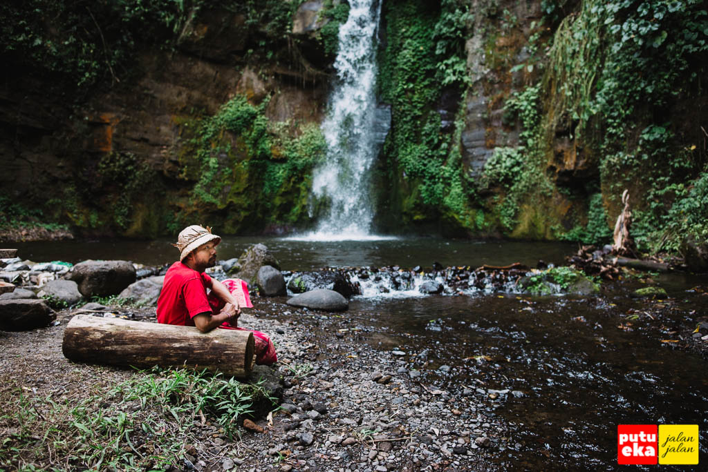 Duduk dibawah bersantai sambil menikmati suara alam di Air Terjun Gong Batu Lantang