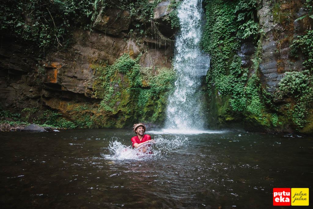 Bermain air di Air Terjun Gong Batu Lantang