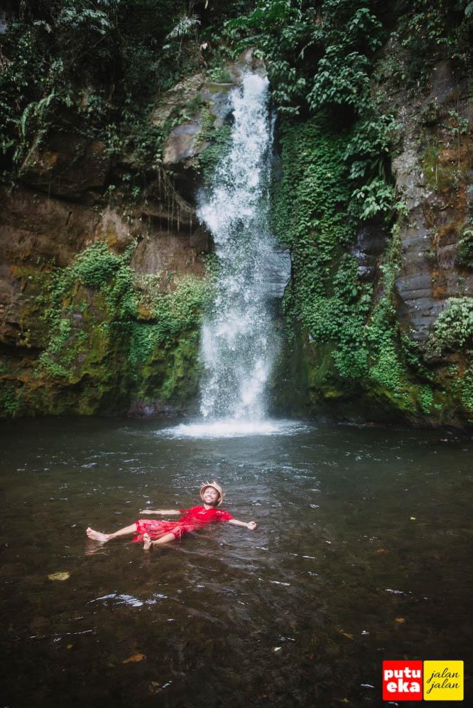 Mengapung di tengah kolam Air Terjun Gong Batu Lantang