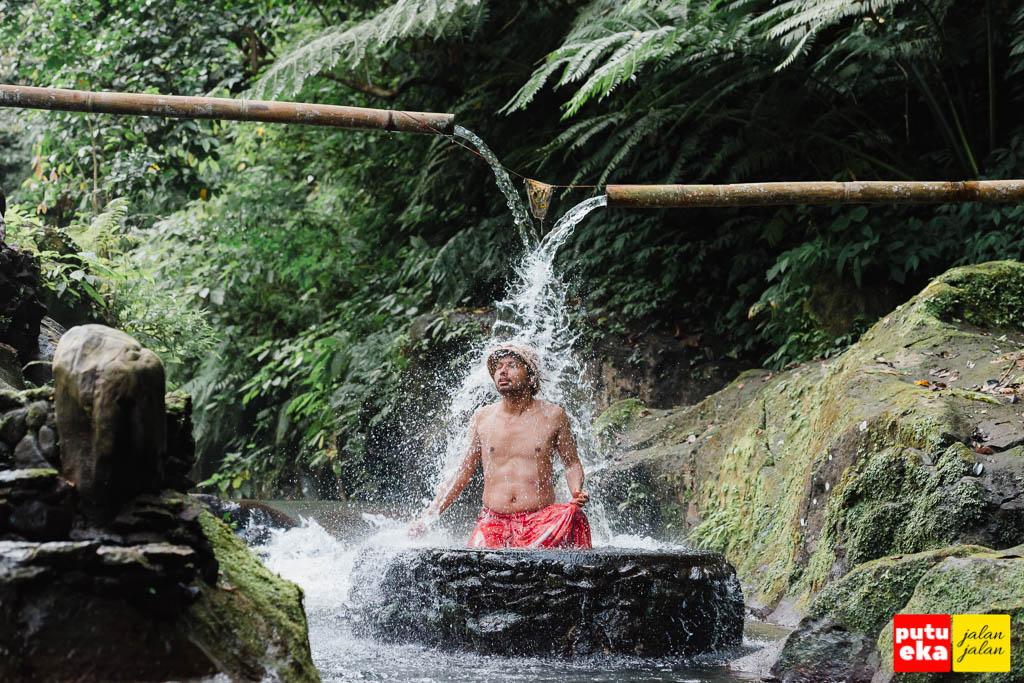 Segarnya air di Penglukatan Semara Ratih
