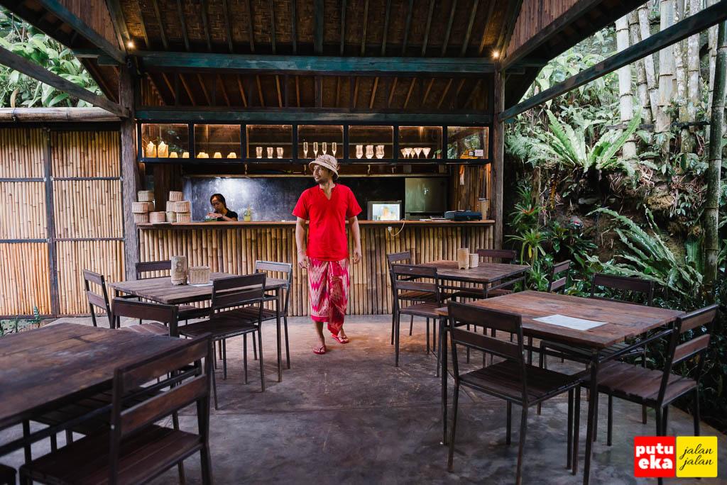 Berjalan diantara meja didepan kasir