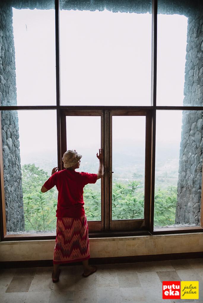 Pemandangan mewah dari kaca yang lebar