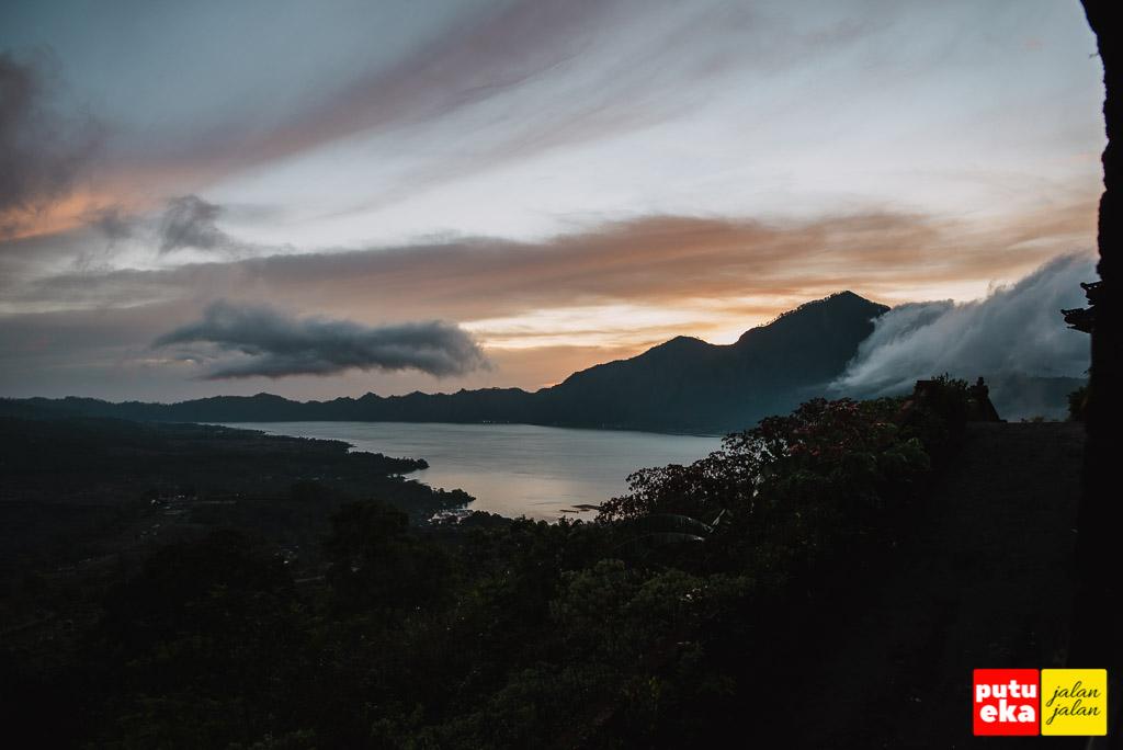 Sunrise mulai muncul dibalik punggung gunung