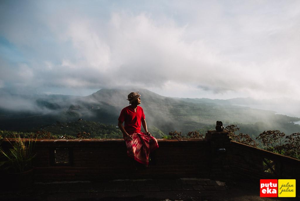 Menikmati sunrise di Lakeview Hotel Kintamani dengan latar belakang Gunung Batur