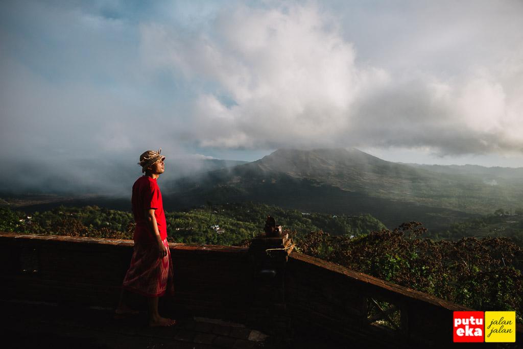 Menikmati sinar matahari pagi ditemani pemandangan yang indah dari Gunung Batur