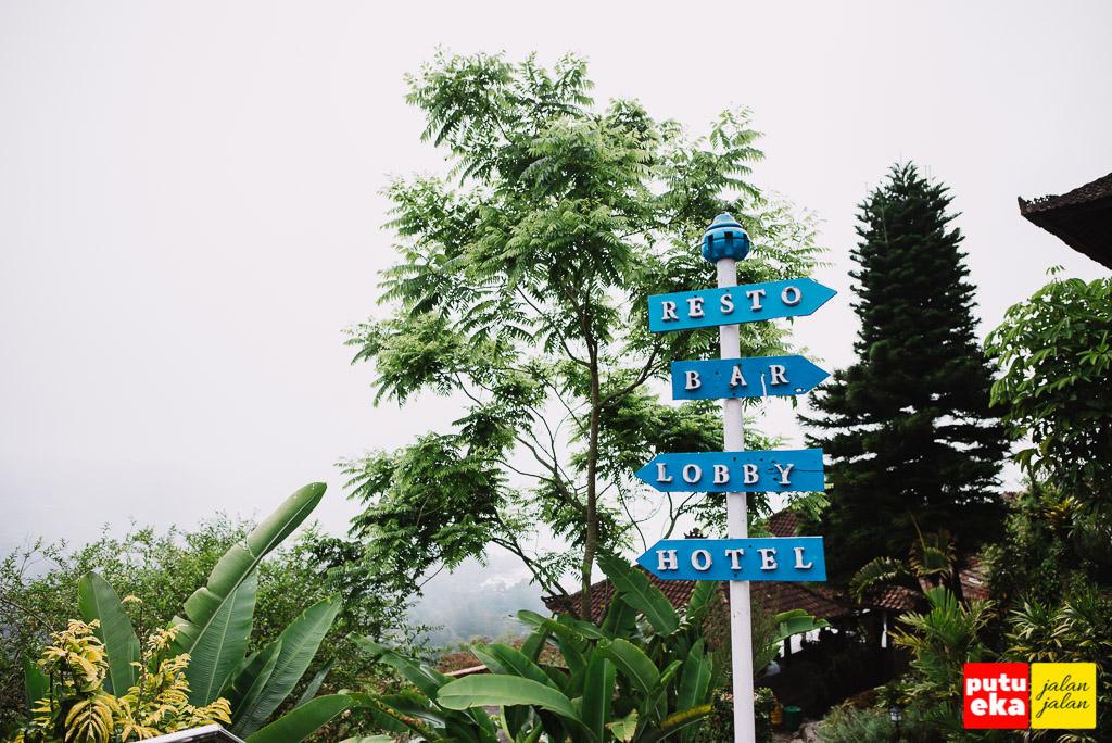 Papan penunjuk arah di hotel