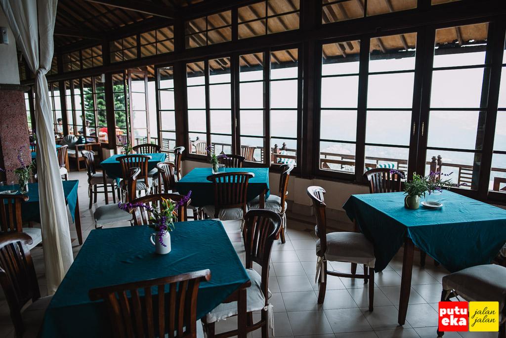 Bagian dalam dari restoran Lakeview Hotel