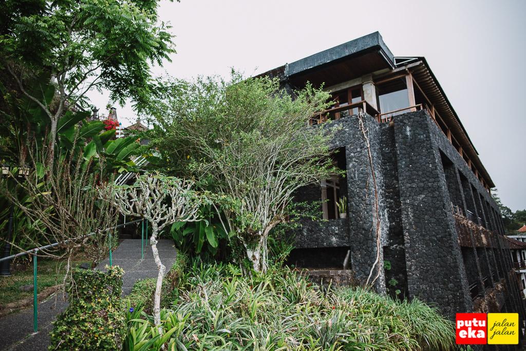 Bangunan Lakeview Hotel Kintamani yang serasa terbuat dari batuan lava hitam