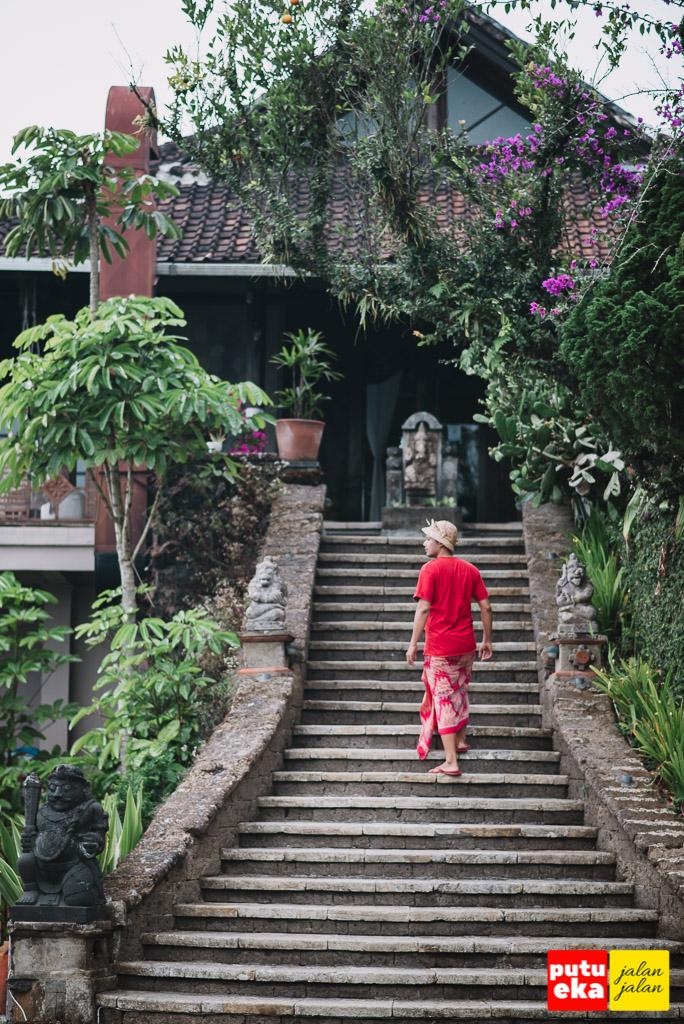Putu Eka Jalan Jalan berjalan menaiki tangga menuju restoran Lakeview Hotel Kintamani